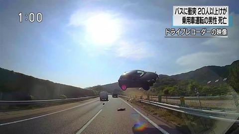 バス事故の運転手が衝突の直前にハンドルを左に切ってブレーキした事を的確な判断と賞賛されてるけど
