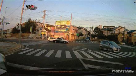 交差点に入って右折中に急停止した一般車両にパトカーが追突←これってどちらが悪いの?