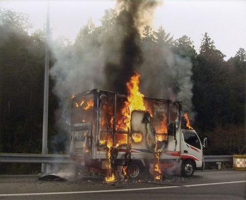 【奈良】炎上の車、40メートル自走 - 積荷の酸素ボンベ爆発 生駒市