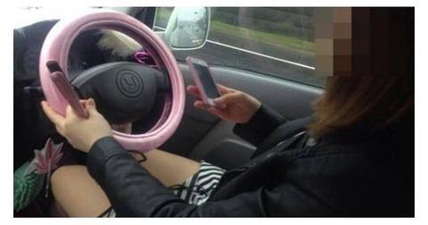 【画像】まんさん、ヘアアイロンしながらスマホ運転してしまう