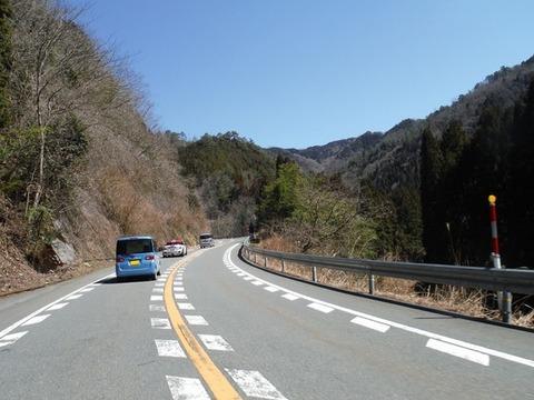 追い越し禁止の道路で追い越ししてきた車に速度上げてブロックしたらどっちが悪い?