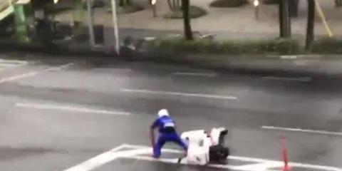 【社会】台風21号、「宅配ピザ」ドライバーを吹き飛ばす…佐々木弁護士「普通はやらせない」(動画あり)
