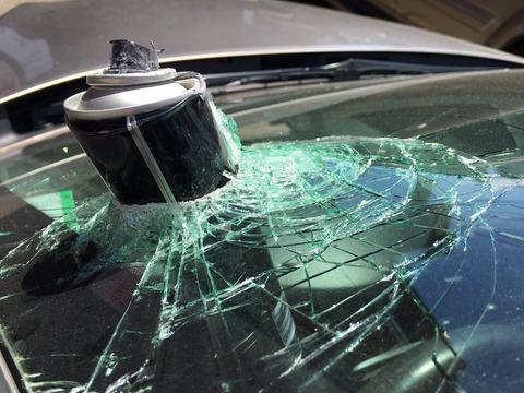【海外】ヘアスプレーを車内に放置し大爆発 フロントガラスを突き破る