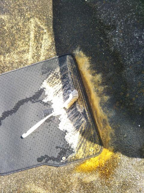 ワイ、中古車のマットを洗い絶望し膝から崩れ落ちる