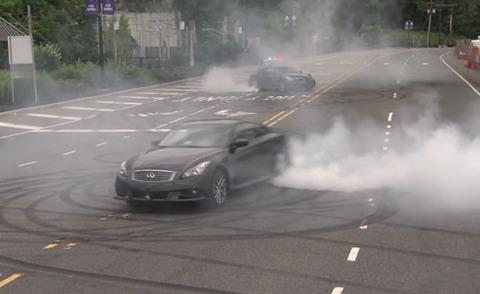 【F1/自動車】ベッテル、日産・スカイラインで豪快な公道テールスライド