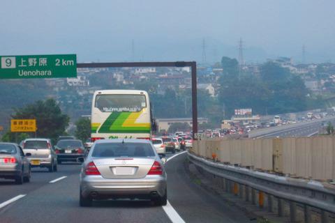 高速で右車線に居座る車