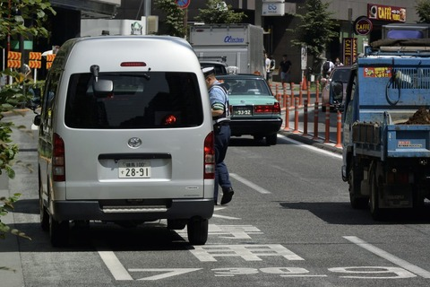 5交通部のハイエース リアの赤色灯に注目
