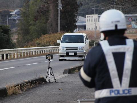 警察「はい120キロも出てた!20キロのスピード違反!!!」←100キロまでしか出ない車を義務化すればいいじゃん