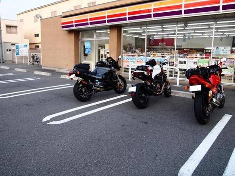 4輪の駐車スペースに堂々と真ん中に駐輪するバイク