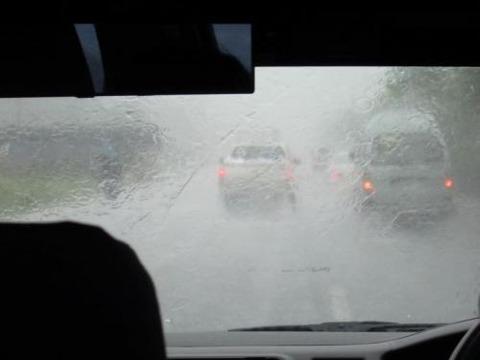 外が土砂降りの中の車内ってすごい落ち着く
