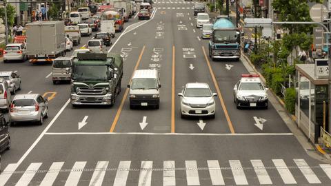 ワイ運転初心者黄色車線でトラックを追い越す