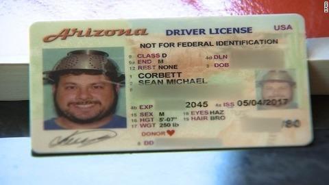 宗教上の理由によりパスタ用水切り容器を頭に被った写真が運転免許証に承認される 米国