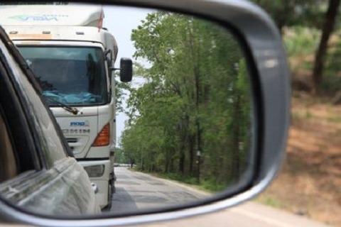 教習車乗ってたら後ろのトラックがピッタリくっついてきた