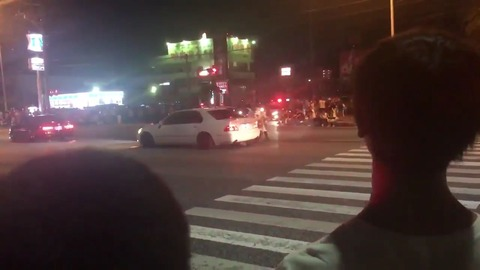 警察が暴走族のバイクにパトカーで衝突して停止させる動画が話題 「警察なめるな」「処分しろ」と称賛