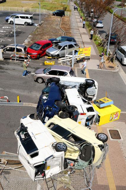 【台風21号】「これはひどい」 大阪の駐車場、吹き飛んだ車が多数