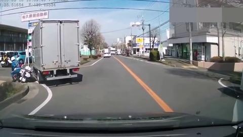 ワイバイク「左に寄って左折しよう」  バカ車「なんやこいつ!」