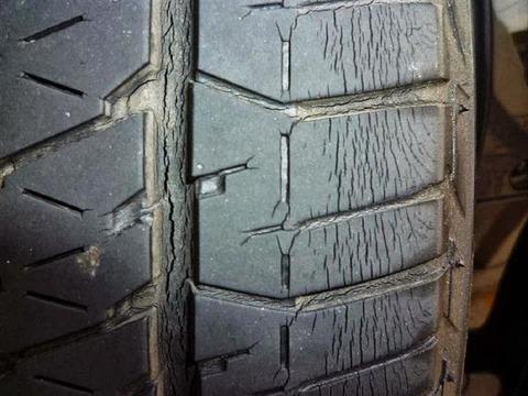 車のタイヤにヒビが出てきたけどすぐ交換したほうがいい?