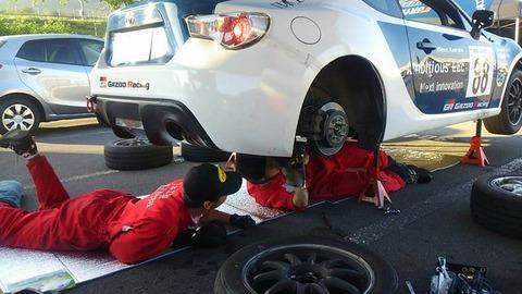 レース整備士「エンジン壊れた?1分で修復や!」 ディーラー整備士「うーん、3日ほどかかりますね」