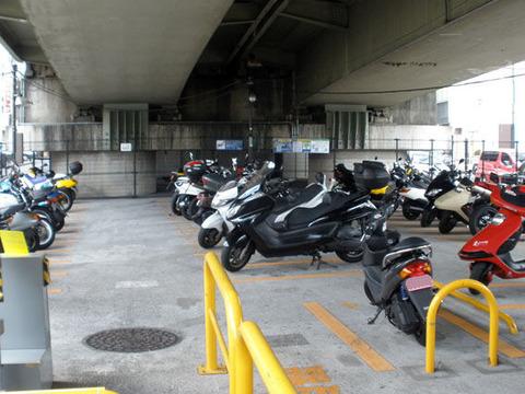 ワイ、バイクでラーメン屋に行くも駐車場が無く死亡