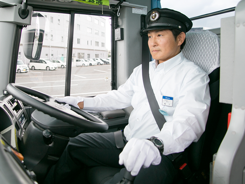 バスの運転手って凄いよねあんな巨大な車を自由自在に動かして客まで乗せてるわけで