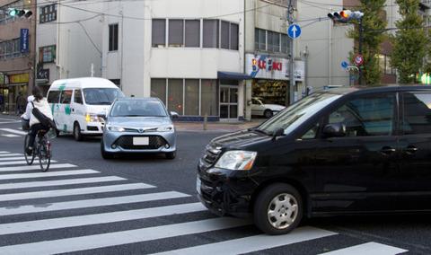 お前らって前の車が左折した後に右折されたらクラクション鳴らす?