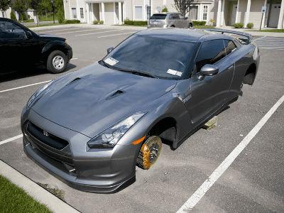 高級車のタイヤ盗んだ男を逮捕。タイヤの代わりにブロック塀が置かれる・・・
