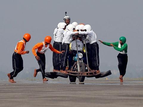 【インド】オートバイ1台に58人乗り 世界新記録