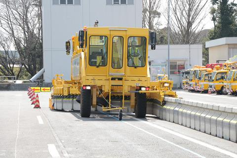 高速の工事で車線規制はラバーコーンだと思って舐めてると死ぬぞ、次からはコンクリ壁だからな