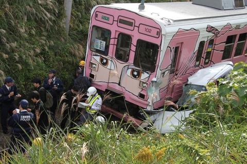 【悲報】女性が運転する車が7メートル下へ落下→下に走ってた電車に衝突する事故