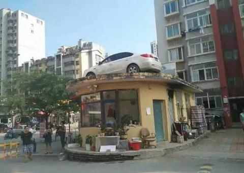 中国 38時間違法駐車された邪魔な車を屋根に上げて動かせないように 「よくやった」「痛快アル」の声