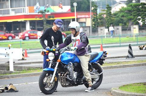 なんでバイクの教習ではサイドスタンドを払ってから乗るの?