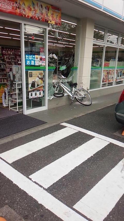 【画像】セブイレに自転車突っ込んでてクソワロタwwwwwwwwwwwwwwwwwwwwwwww