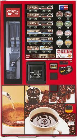 夜のサービスエリアでカップ式自販機コーヒー