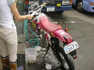 【速報】俺氏、バイクを洗う