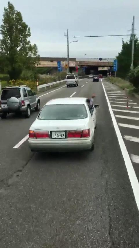 【動画】トラックの前で進路妨害し停車する動画が拡散 東名高速の夫婦死亡事故から何も学ばず