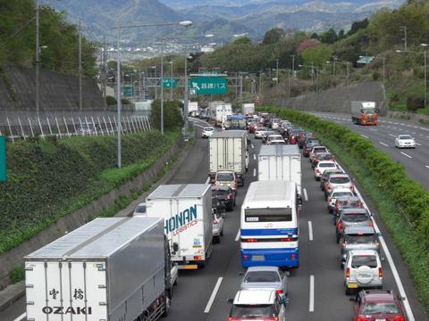 法定速度守ってたら大渋滞出来てる時あるよな、追い越されそうならスピード上げてるわ
