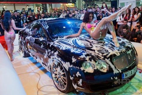 【ハンガリー】水着姿で洗車披露も…ハンガリーの自動車ショー