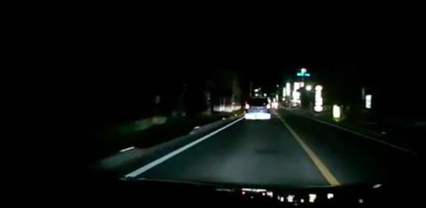 【動画】前走車を煽りまくってるDQN車を後続車がハイビームで注意した結果とんでもないことにww