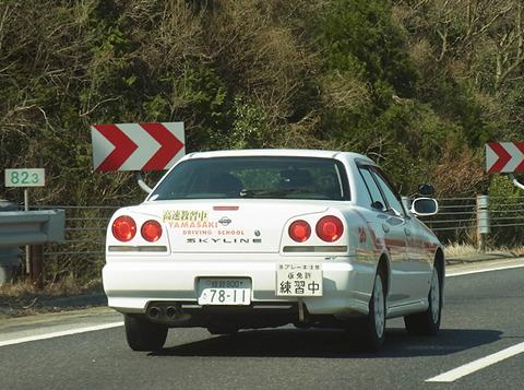 田舎高速教習中教官「空いてるなー はい4速ー 速度上げてはい5速」車(140km/h)