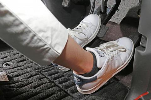 オートマ全盛の今でも左足ブレーキが普及しない理由とは