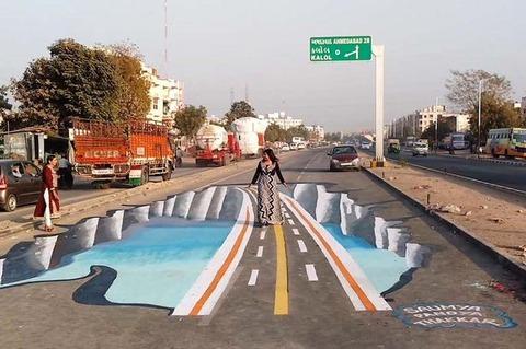 【画像】インド人の運転がヤバすぎるから道路に3Dアートを描いて速度を落とさせる試みが行われる