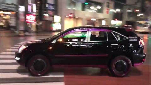 外に聞こえるような大音量で車内で洋楽をかけてる奴wwwwwwwwwwww