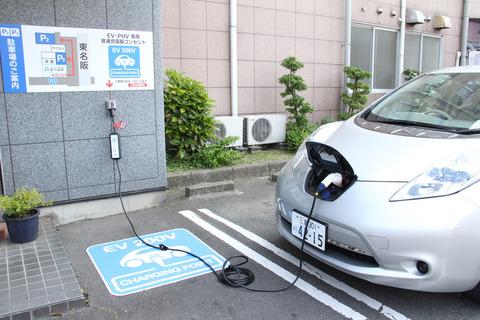 日本で電気自動車とか無理だろ。アパートやマンションの共同駐車場にコンセントなんてないぞ