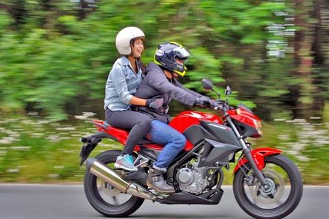 彼女「バイクのスピード落として!!」彼氏「OK、でも愛してるって言ったらね!!」