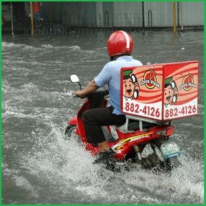 ピザ屋の配達バイトだけど雨の日に注文してくる奴死ねよwwwwwwwwwww
