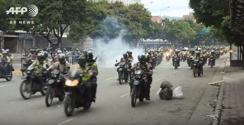 【ベネズエラ】猛走するバイク集団は機動隊、走るデモ隊 ベネズエラ反政府デモ