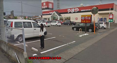 ストリートビューに映り込むスーパーの駐車場に立ってる女性が怖いと話題に