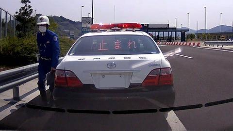 警察「運転手さん、運転手さん、路肩に停車してください」ウ~ウ~
