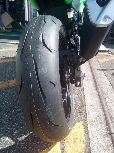 俺「超かっけータイヤに変えた」 バイクに興味ない同僚「へーこれを変えるの?」 俺「いやコレが新しいタイヤなんだけど」^^;