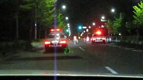 【福岡】珍走団追跡のパトカー、ノーヘル・無免許のバイクに接触